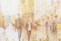 在雨以后的太阳 夫妇递走的年轻人 他们愉快一起 现代城市的概念,爱,生活方式 免版税库存图片