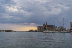 在雨以后的日落在湖岸多伦多 免版税图库摄影