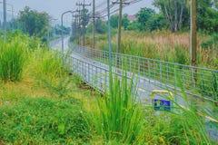 在雨以后的湿路划分的黄线成两条车道 免版税图库摄影