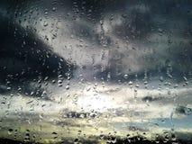 在雨以后的玻璃窗 库存图片