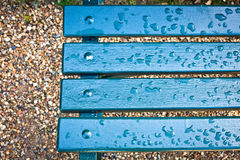 在雨以后的长凳 库存图片