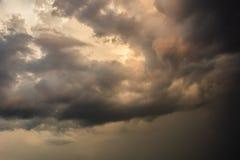 在雨以后的阴沉的云彩在日落 免版税库存照片