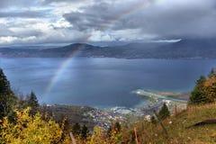 在雨以后的Geneva湖与彩虹 免版税库存图片