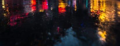 在雨以后的NYC街道与在湿沥青的反射 库存图片