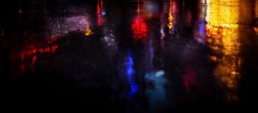在雨以后的NYC街道与在湿沥青的反射 图库摄影