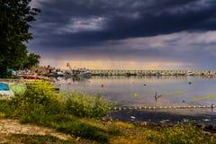 在雨前在小游艇船坞 免版税库存图片