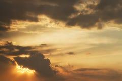 在雨前的云彩 免版税库存照片