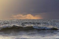 在雨前的海日落 免版税库存图片