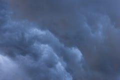在雨和风暴前的云彩 库存图片