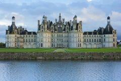 在雨在日落,卢瓦尔Valley,法国以后的Chambord宫殿 免版税库存图片