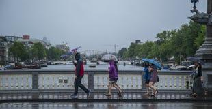 在雨天期间,英国游人 库存图片
