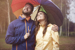 在雨天期间,夫妇 免版税库存图片