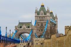 在雨天,伦敦的塔桥梁侧视图 库存图片