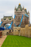 在雨天,伦敦的塔桥梁侧视图 免版税库存图片