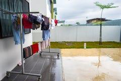 在雨季期间的垂悬的湿衣裳 免版税库存照片