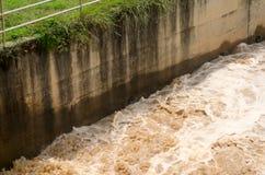 在雨季的暴洪背景在风暴以后 免版税库存图片