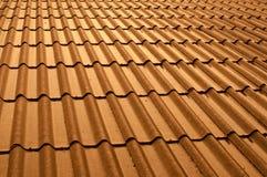 在雨日落光以后的发光的屋顶 库存照片