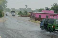 在雨期间的农村路旅行 免版税图库摄影