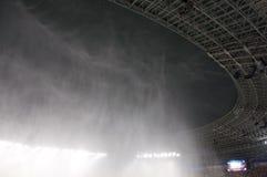在雨期间的体育场屋顶 免版税库存图片