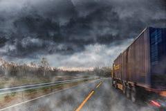 在雨期间的大卡车 库存图片