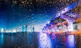 在雨期间,跨接城市的A视图从一个窗口的从高峰 在下落的重点 免版税库存图片