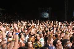 在雨林世界音乐节的观众 免版税库存照片