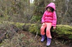 在雨林里失去的小女孩 免版税库存图片