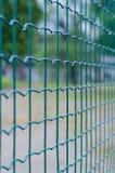 在雨特写镜头以后的绿色铁丝网 库存图片