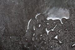 在雨珠的灰色花岗岩,花岗岩纹理用水滴下 backarrow 库存图片
