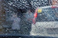 在雨珠的车窗弄脏了背景 库存照片
