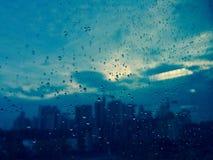 在雨珠的玻璃墙 库存照片