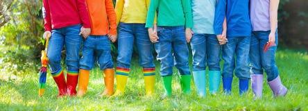 在雨靴的孩子 启动橡胶的子项 库存图片
