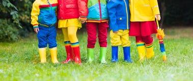 在雨靴的孩子 启动橡胶的子项 免版税图库摄影