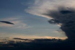 在雨,晚上,日落以后的天空 库存图片