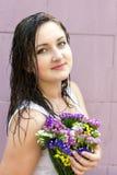 在雨以后的一个被透湿的女孩 免版税图库摄影