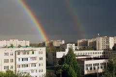 在雨以后的一条双重彩虹在城市 库存图片