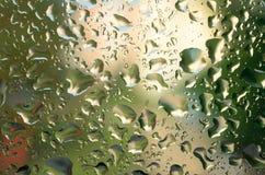 在雨以后的下落在玻璃 气象降雨雪 免版税图库摄影