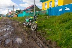 在雨以后的农村路 免版税库存照片
