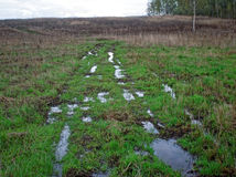 在雨以后的土路 免版税图库摄影