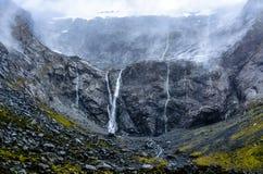 在雨以后的有薄雾的瀑布 库存图片