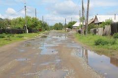 在雨以后的村庄街道 免版税库存照片