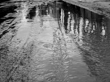在雨以后的泥泞的地面与反射 库存照片