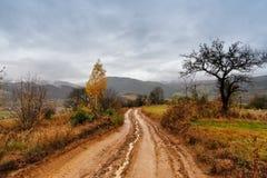 在雨以后的泥泞的地面在山 极端道路农村土ro 免版税库存照片