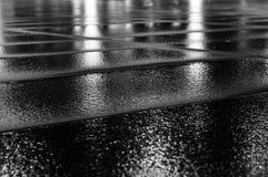 在雨以后的湿铺路板 库存照片