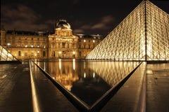 在雨以后的罗浮宫 免版税库存照片