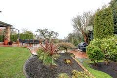 在雨以后的美丽的春天后院庭院 库存图片
