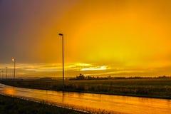 在雨以后的美好的橙色日落 库存照片