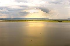 在雨以后的美妙的日落在水库 库存图片