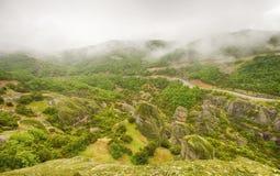 在雨以后的迈泰奥拉岩石 库存图片