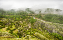 在雨以后的迈泰奥拉岩石 免版税库存照片